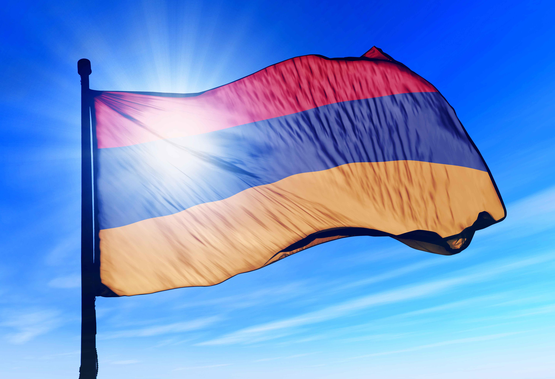 Флаг Армении, триколор, на ветру