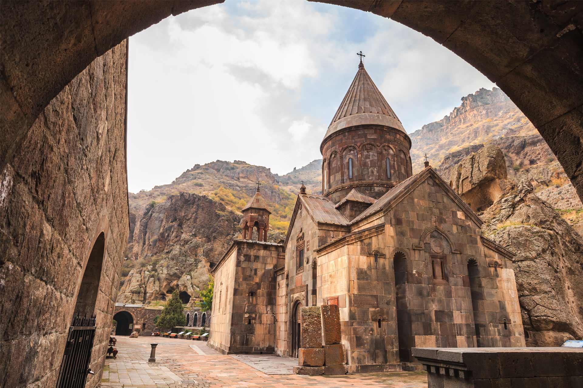 Монастырский комплекс Гегард — пещерное сокровище